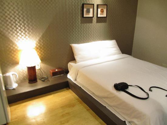 Little France Hotel: Super hard bed.