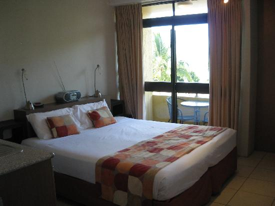 Waters Edge The Strand: Funky style Ocean view front studio room.
