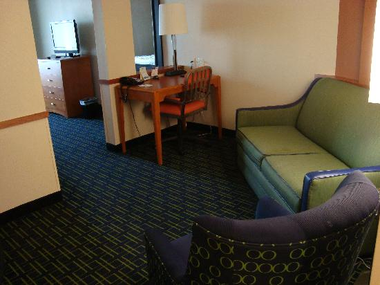 Fairfield Inn & Suites Wytheville: Sofa in the suite