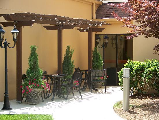 Courtyard Raleigh Midtown: Outdoor Bistro