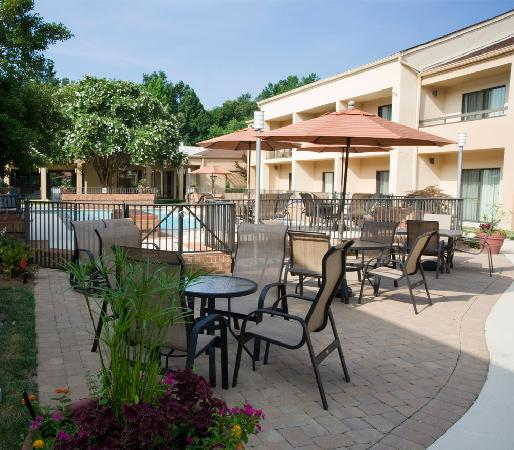Courtyard by Marriott Raleigh Midtown: Relax in our outdoor oasis