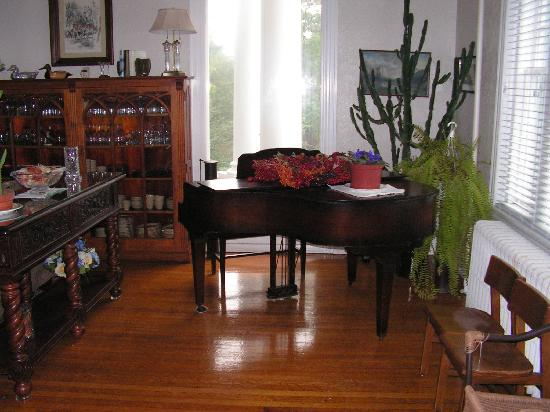 Kane Manor Country Inn: piano in living room