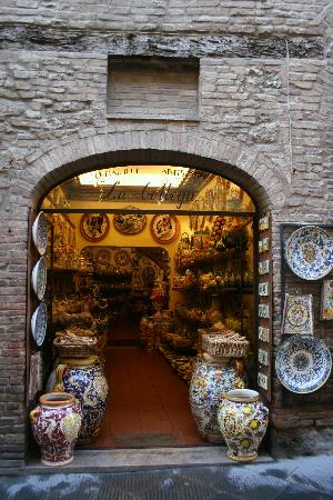 Сан-Джиминьяно, Италия: one of the beautiful shops of ceramics