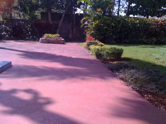 Mandeville Hotel: Beautiful grounds!! well maintained