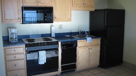 Surf Suites Motel: Nicely equipped kitchen with dishwasher!