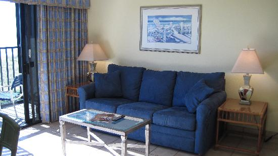 Surf Suites Motel: Comfortable couch, view of the ocean, sound of the crashing waves