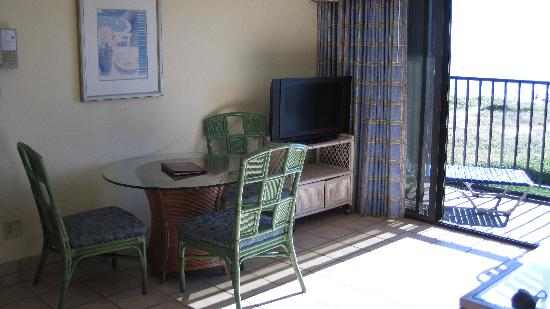Surf Suites Motel: Breakfast nook and flat screen TV