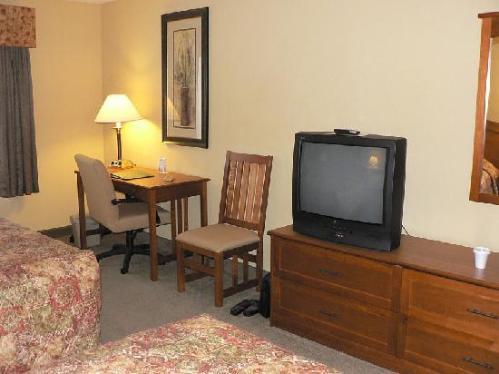 Country Inn & Suites by Radisson, Green Bay East, WI: Room's work desk & TV
