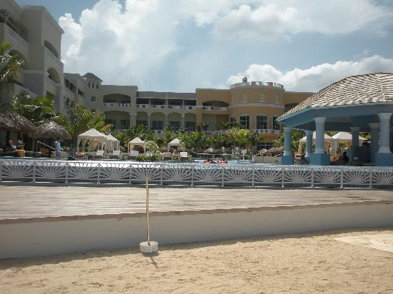 Iberostar Grand Hotel Rose Hall: Looking at the resort front the beach