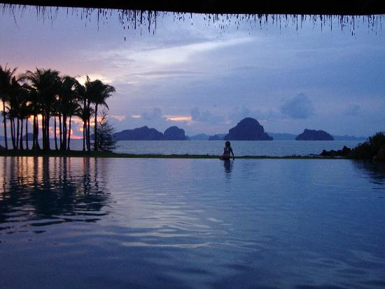 Phulay Bay, a Ritz-Carlton Reserve: pool area sunset