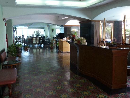 SalaDang Place: Vorplatz Pool und Früstücksraum
