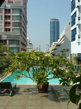 SalaDang Place: Pool und Aussicht