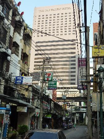 SalaDang Place: Strasse vor dem Hotel