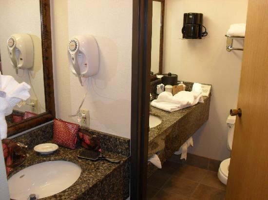 La Cuesta Inn: Dual basins made it easy to get ready