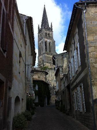 Hotel Au Logis des Remparts : typical village street, Rue Guadet