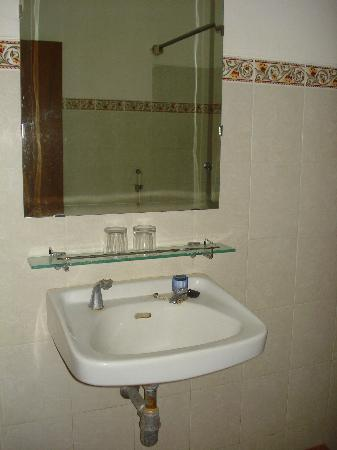 Kristina Hotel: Bathroom