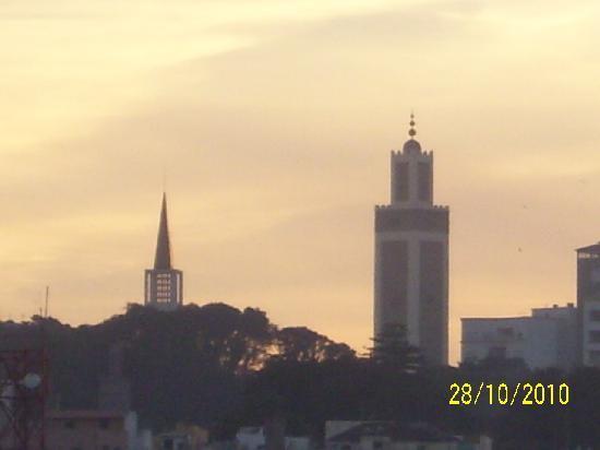 Hotel Zelis: Iglesia y mezquita en tanger.