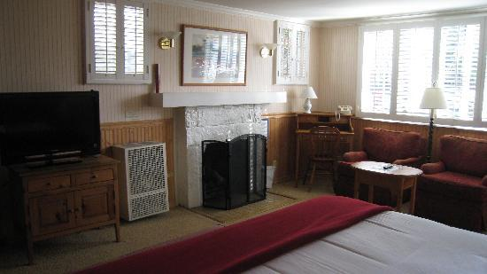 Carmel Fireplace Inn: flat screen, nice fireplace & sitting area in room