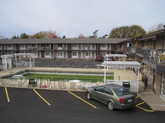 Carriage House Motor Lodge : View outside the motel room