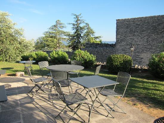 Le Clos de Gustave : Outdoors area of the restaurant