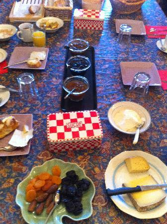 Ecuries de Sainte-Croix : Genevieve's Breakfast Table