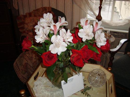 WestPort Bed and Breakfast: Always fresh flowers to welcome you.