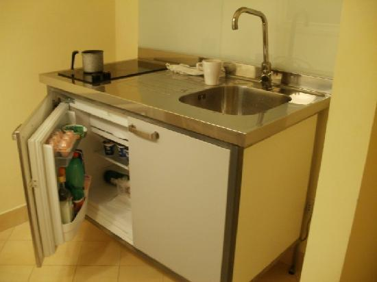 Sorrento Apartments: Cute kitchenette