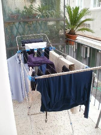 Sorrento Apartments: Nice clothes dryer; takes only about 1/3rd of the balcony