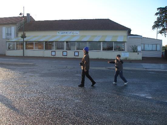 La Chaloupe : vue du parking, ile madame est à droite