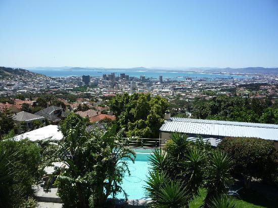 Blue Sky B&B: Blick von Terrasse inkl. Garten & Pool