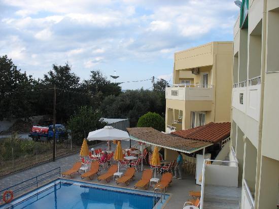 Hotel Anthimos: Hotellutsikten bakom träd havet