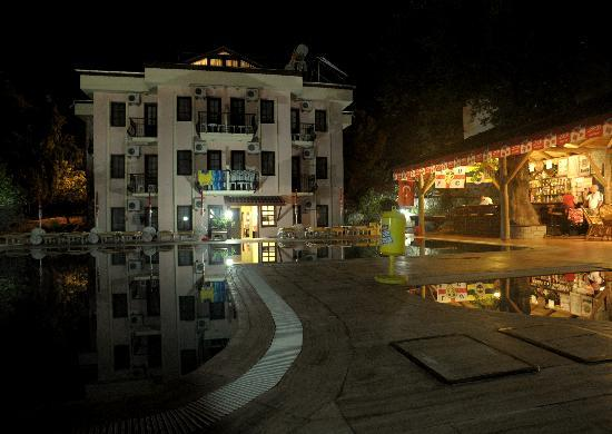 Ozturk Hotel Hisaronu: night looking