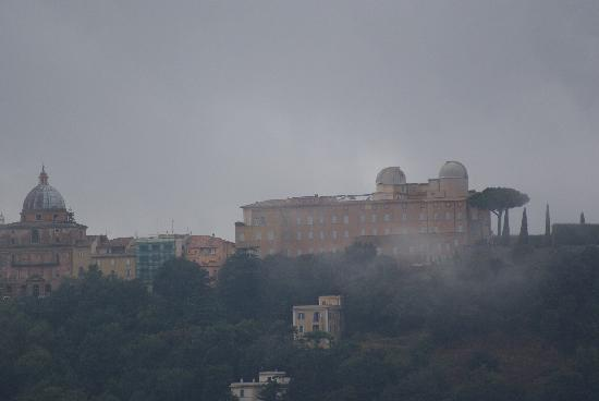 Hotel Villa degli Angeli: Looking from the hotel to Castel Gandolfo with early morning fog