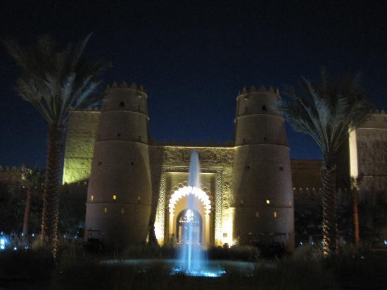 Qasr Al Sarab Desert Resort by Anantara: Outside view of the front of the hotel
