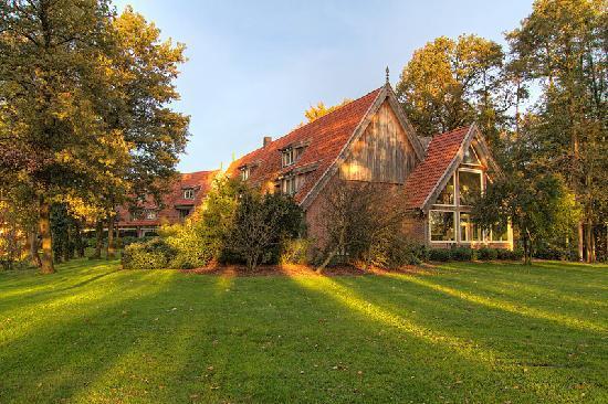 Lattrop, Nederland: autumn sun on the hotel