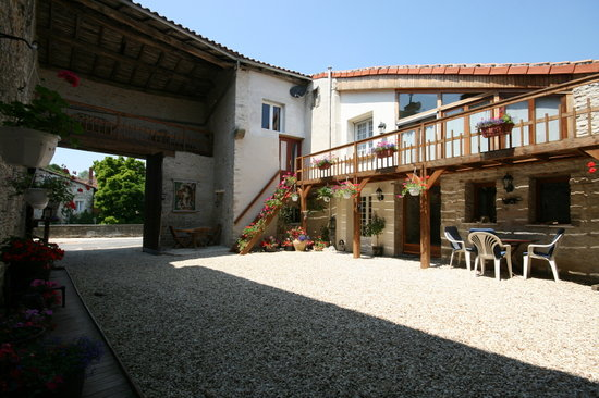 Verteuil-sur-Charente, France: Courtyard