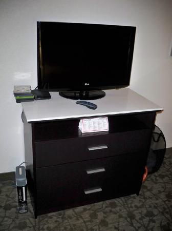 Holiday Inn Express Augusta North: Dresser, TV (The XBox is mine)