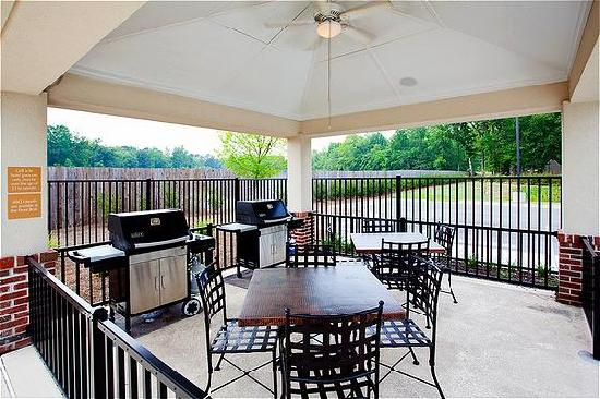 Candlewood Suites Rocky Mount: Poolside Grill Gazebo Area