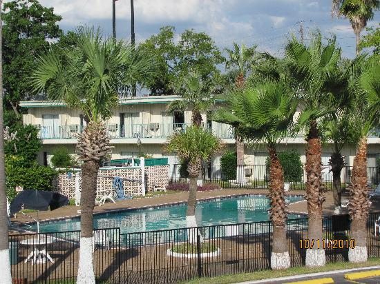 Medical Center Inn & Suites: Nice Pool for 104 degree temperatures