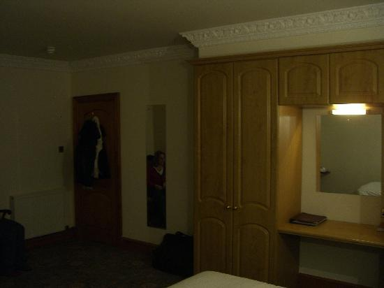 Duke of Gordon Hotel: Bedroom with decent storage