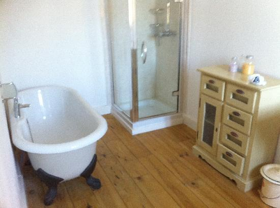 Les Marguerites : The ensuite - 3 times our family bathroom!!