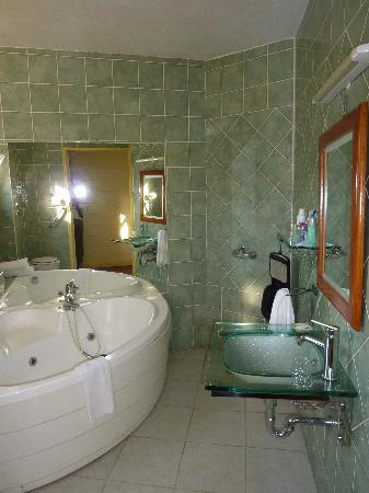 la salle de bain picture of tsilaosa hotel and spa cilaos tripadvisor. Black Bedroom Furniture Sets. Home Design Ideas