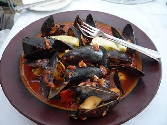 Tapas Garden and Wine Bar: Chef Randy Mussels in Roasted Garlic Tomato Sauce