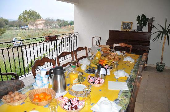 La Grande Bastide: a very generous breakfast table, right outside our door...