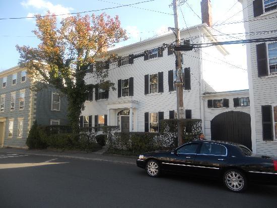Harbor Light Inn: Front of Inn