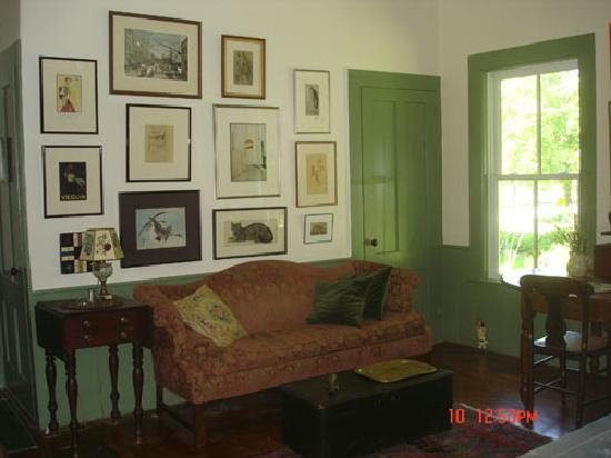 The House in Pumpkin Hollow Bed and Breakfast: Sitting Room