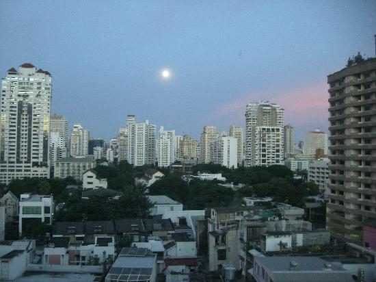 Pan Pacific Serviced Suites Bangkok: 早朝、部屋の窓から見たきれいなお月さん。