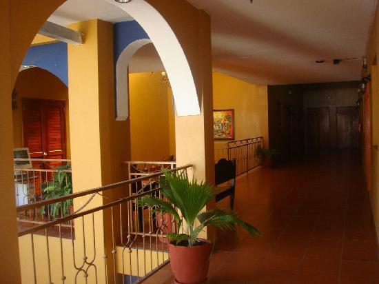 Hotel Los Arcos: Hotel Hallway