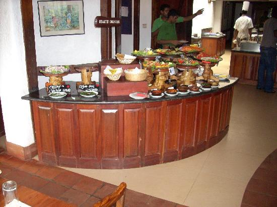 Orange County, Coorg: Dining area- preparation for buffet in full swing