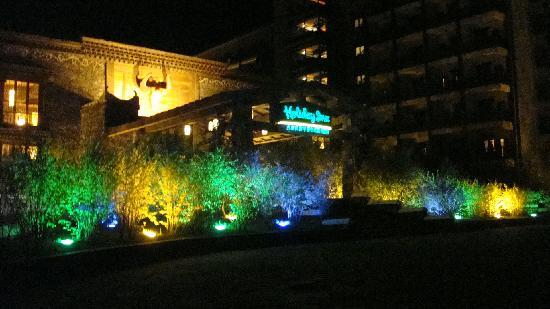Holiday Inn Jiuzhai Jarpo: View of the main entrance at night